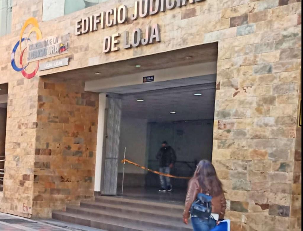 La unidad de Violencia Contra la Mujer o miembros del Núcleo Familiar, de la Corte de Justicia, revisa el pedido de Santiago T. R.