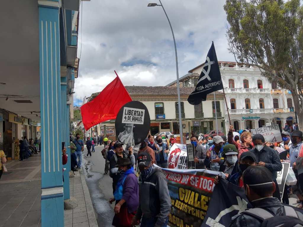 La mañana de ayer, desde las 10:00, hubo una marcha que concluyó frente a la Gobernación.