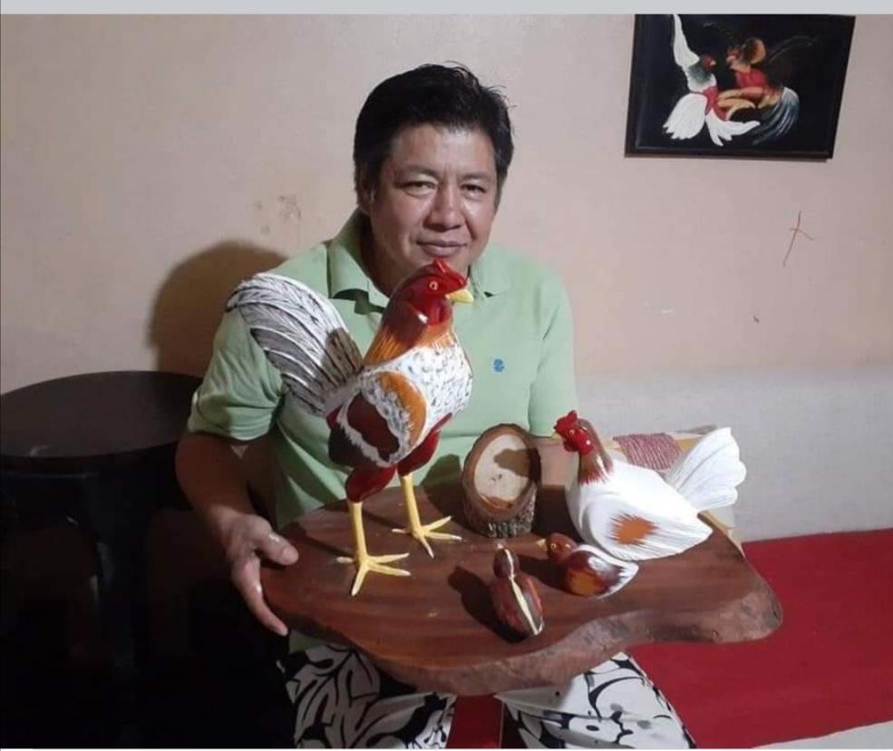 Carlos Toaquiza se especializa en artesanías en madera que hoy la familia las vende para cubrir los gastos de la medicación.
