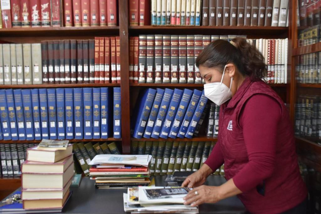 La biblioteca se ubica en la calle Colón y Bernardo Valdivieso.