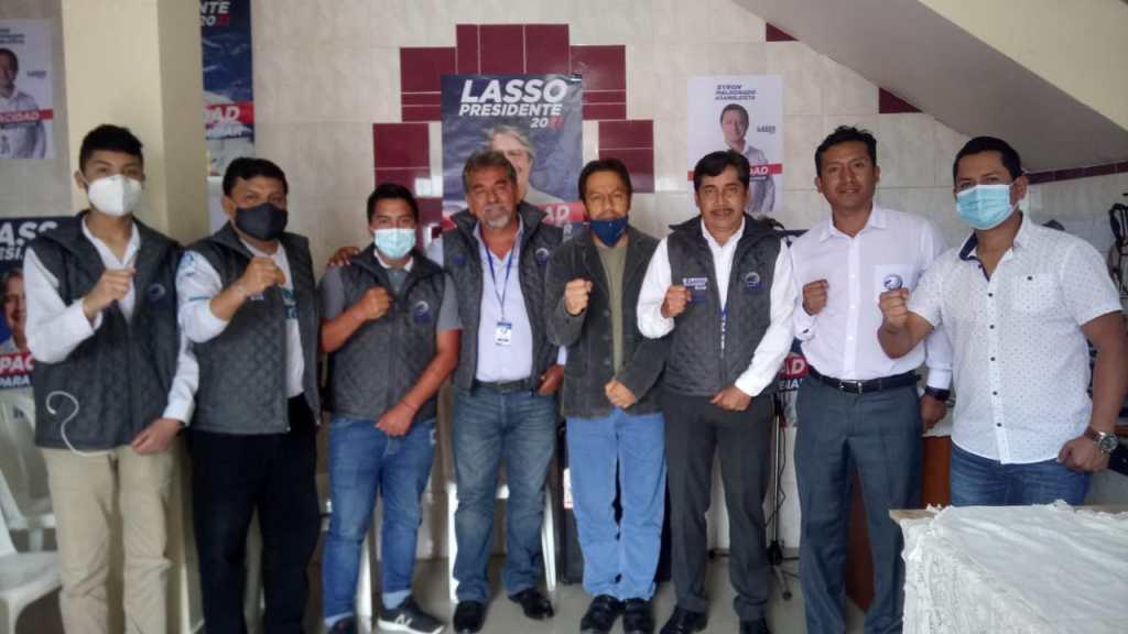 El dirigente nacional, Jhonny Fernando Aguilar, junto al directorio lojano del movimiento 'Unidos Ecuador'.