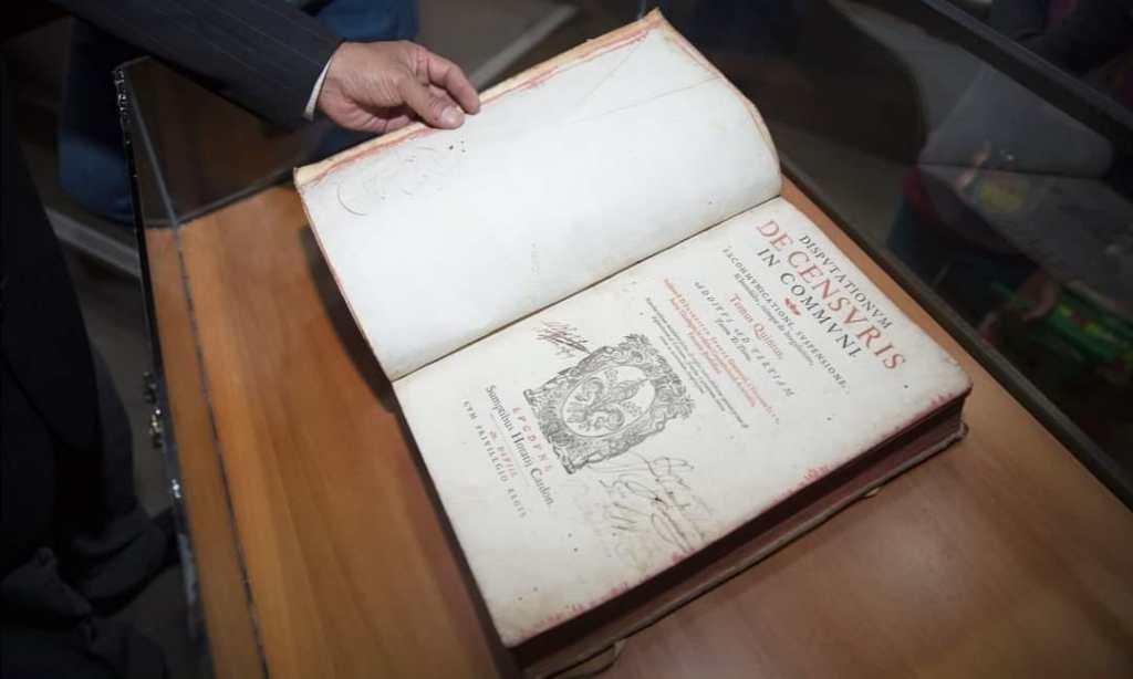 Los libros tienen que ser restaurados y analizados.