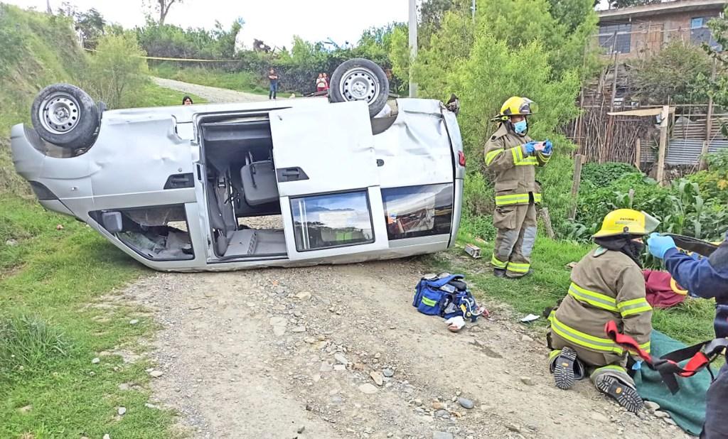 Los bomberos atendieron a la persona herida.