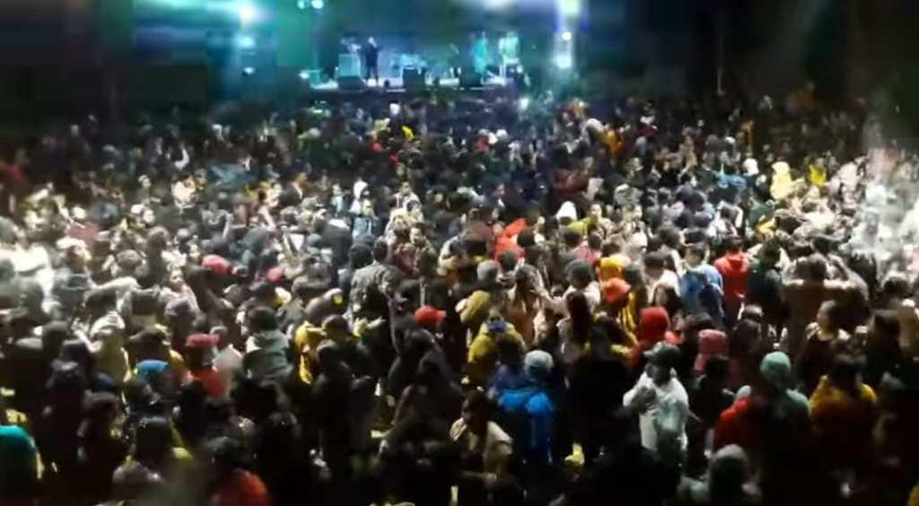 En Tambopamba, cantón Saraguro, se registró un concierto con cientos de asistentes que incumplieron el distanciamiento físico.