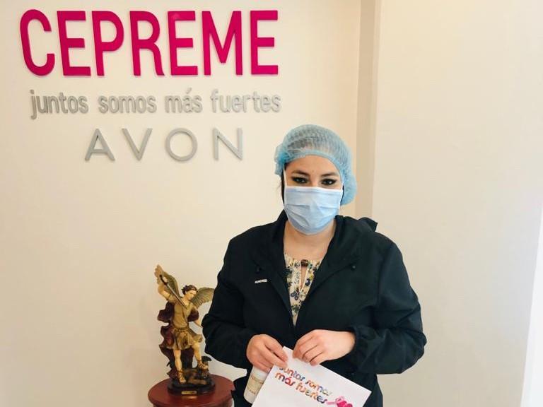 Representante AVON durante el chequeo en la Fundación CEPREME.