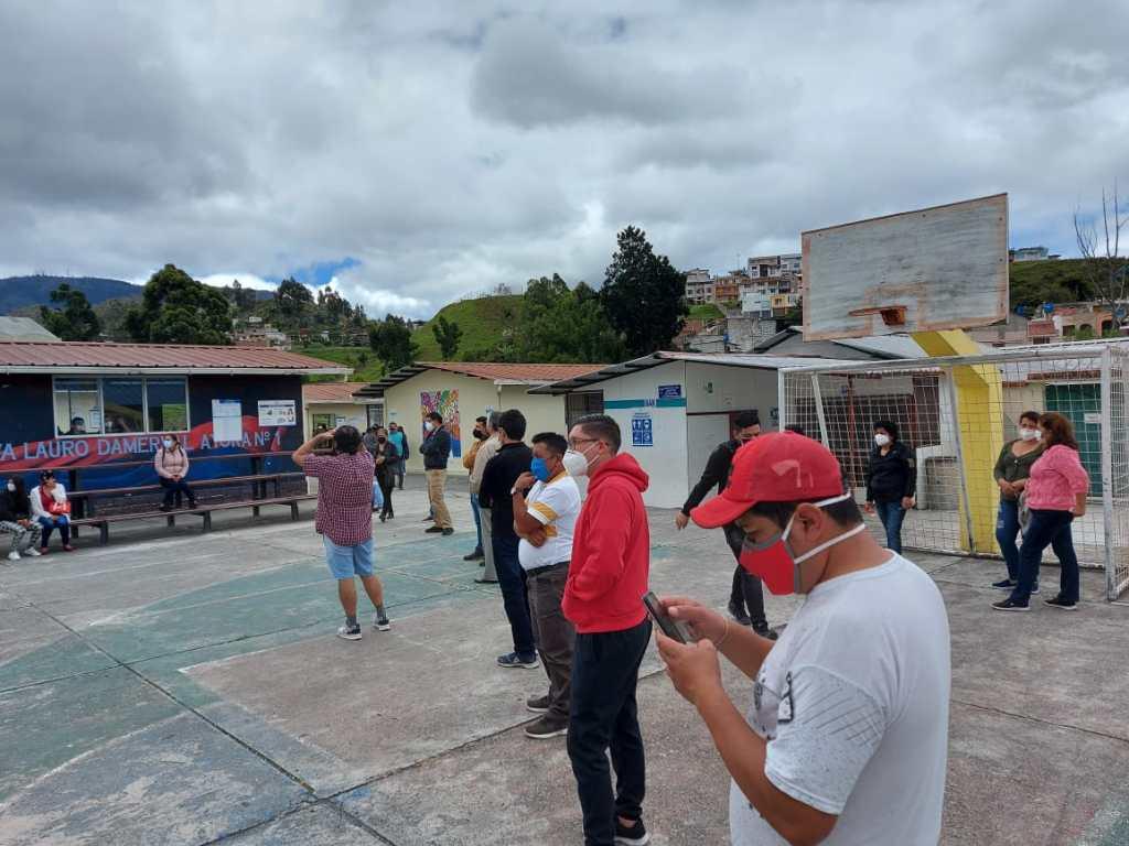 En el recinto de la Unidad Educativa Lauro Damerval Ayora también hubo aglomeraciones.