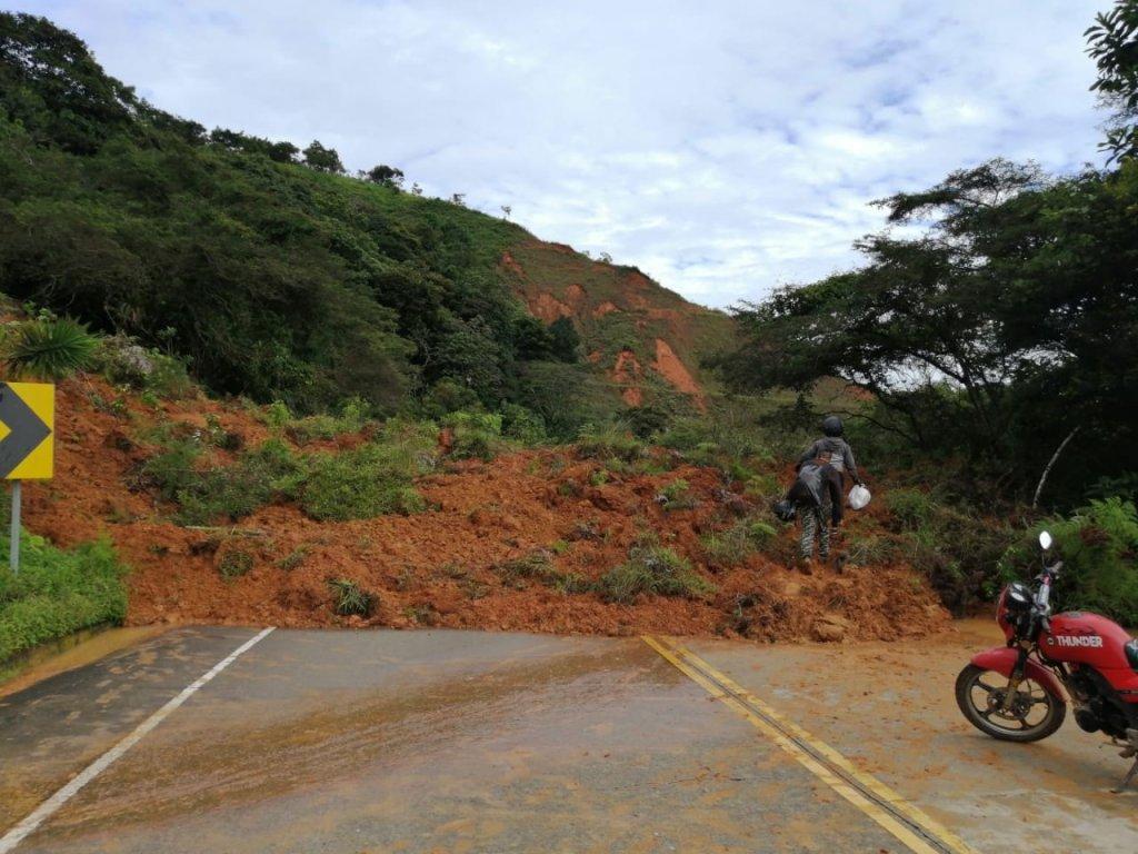 En Chaguarpamba, la vía que conduce a la Costa fue obstaculizada por tierra y arbustos.