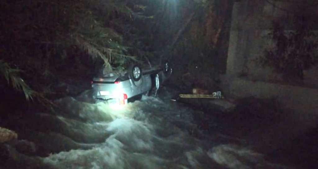 El automóvil se precipitó al río del sector.