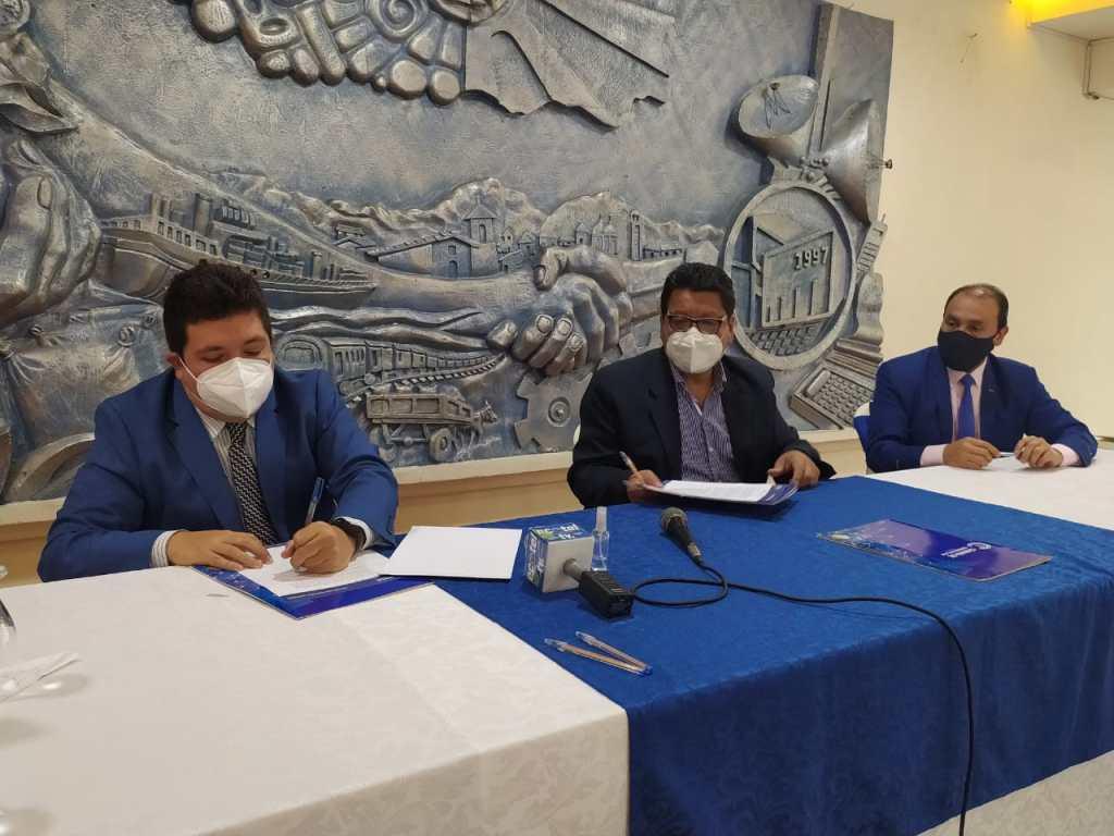 Los representantes de la CCL y HT Consultores, durante la firma del convenio.