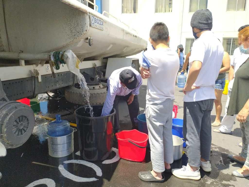 En Ciudad Alegría, ayer, sus moradores recibieron el líquido vital por medio de un tanquero, esta vez de la Policía Nacional.