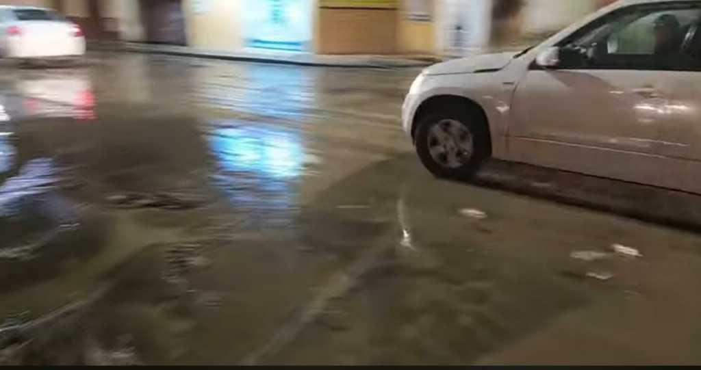 La avenida Universitaria quedó con sedimento y basura la noche del sábado, luego de la crecentada del río Malacatos.