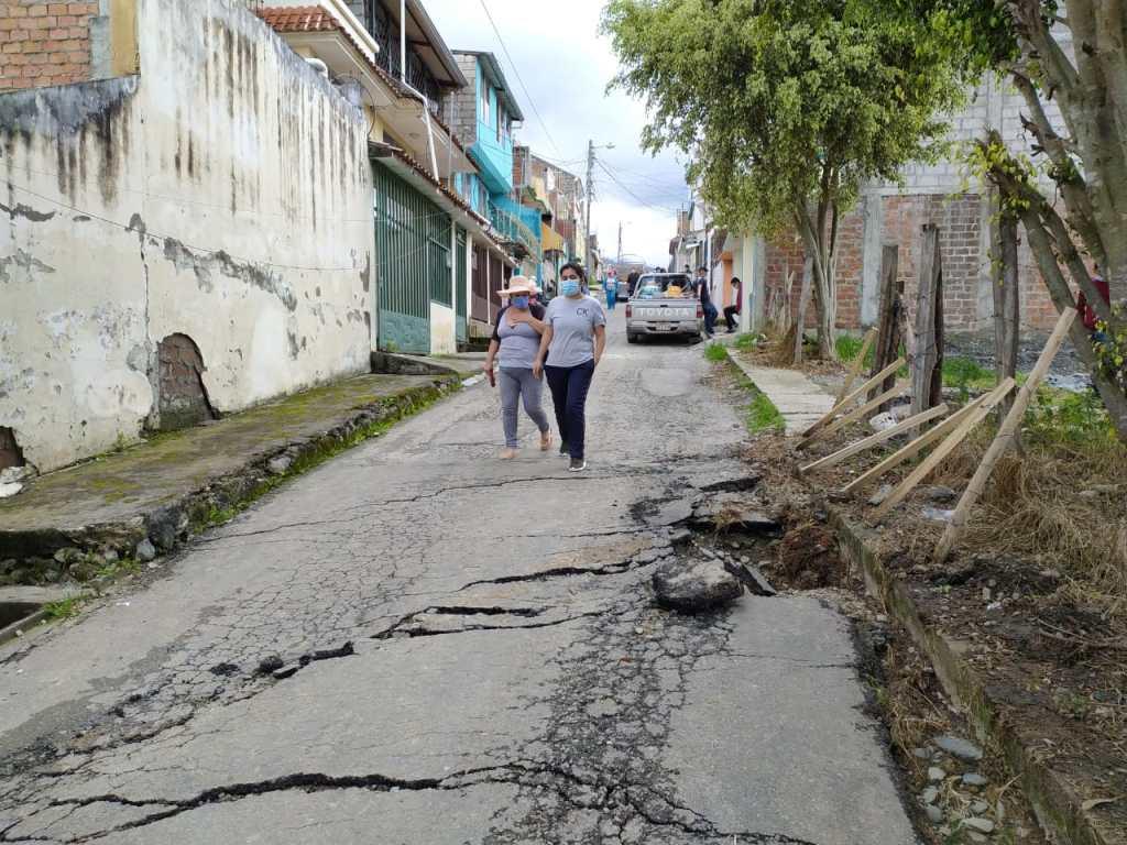 La calle Cabo Romel Vásquez tiene varias fisuras.