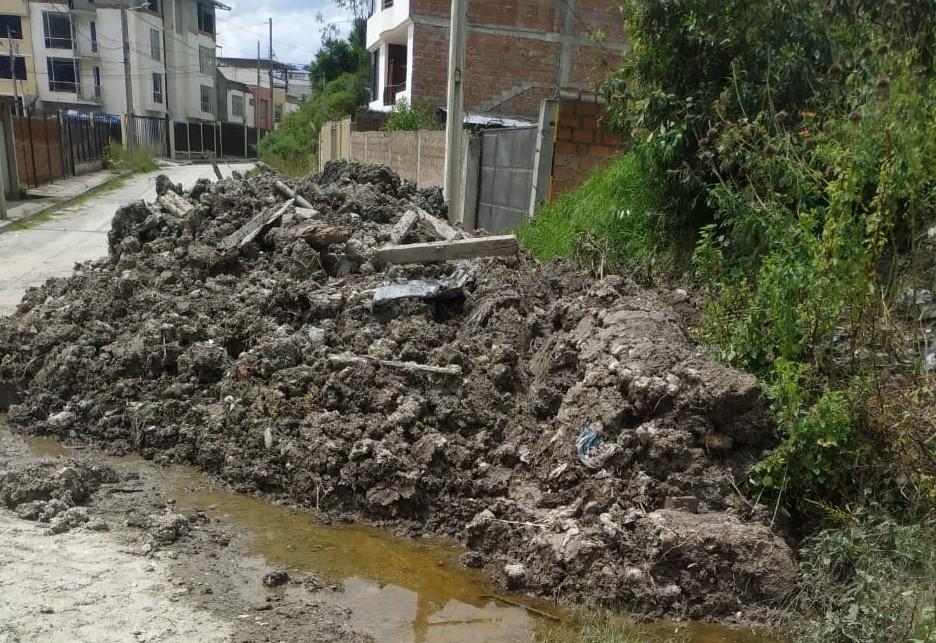 El material fue dejado allí por una habitante, tras desalojarlo de su residencia.