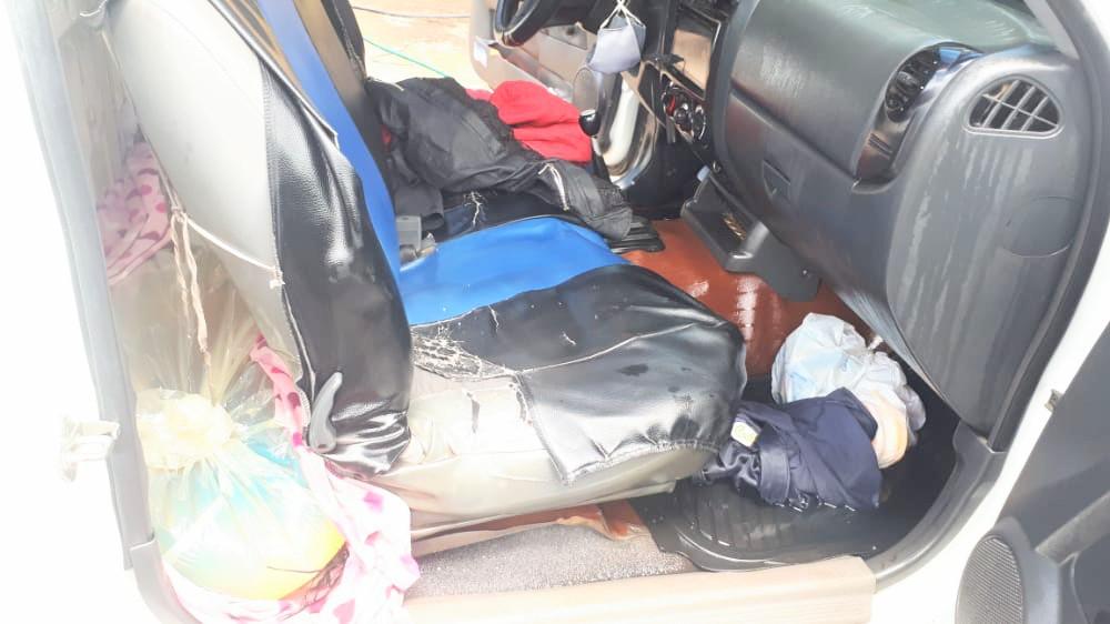 En la cabina de la camioneta se transportaba el combustible.