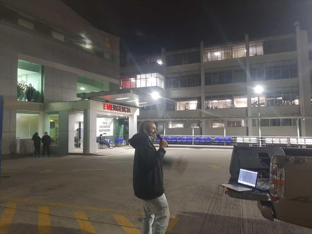 La voz del edil Santiago Erráez llegó hacia las instalaciones del Hospital Isidro Ayora.