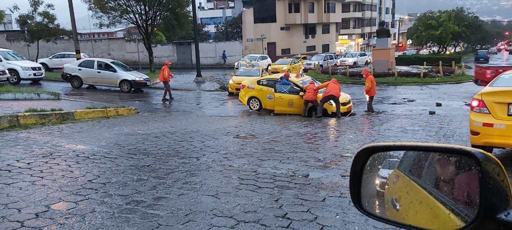 En el sector de la 'Bomba quemada', en Loja, un taxi quedó atrapado, tras el hundimiento de la calzada.