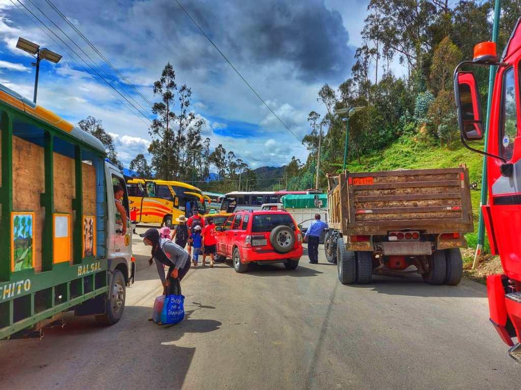 La vía Loja-Vilcabamba fue obstaculizada en el puente de Capulí.