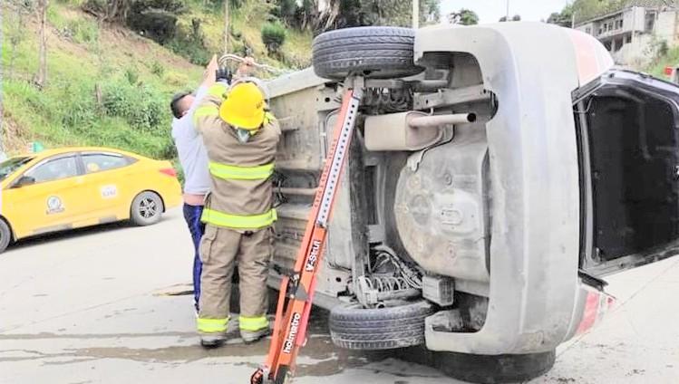 Los bomberos estabilizaron el automotor.