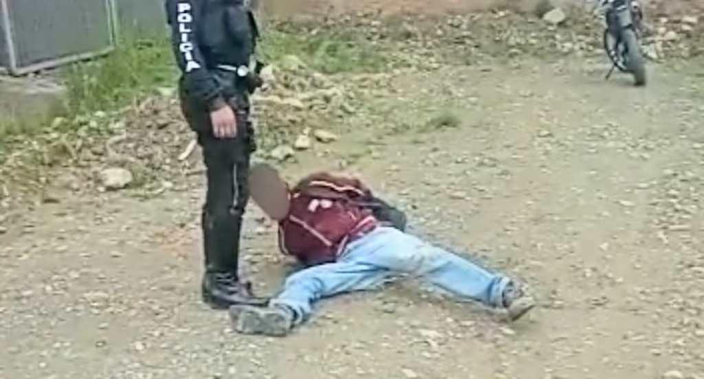 El ciudadano intentó huir, pero fue detenido por los policías.