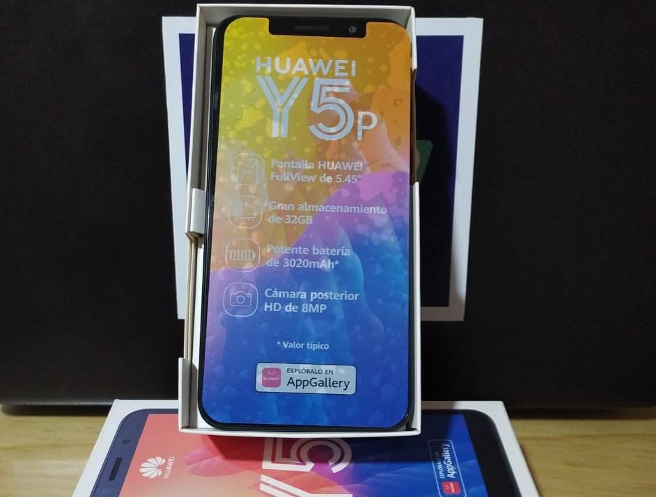 El primer premio es un teléfono celular marca Huawei.