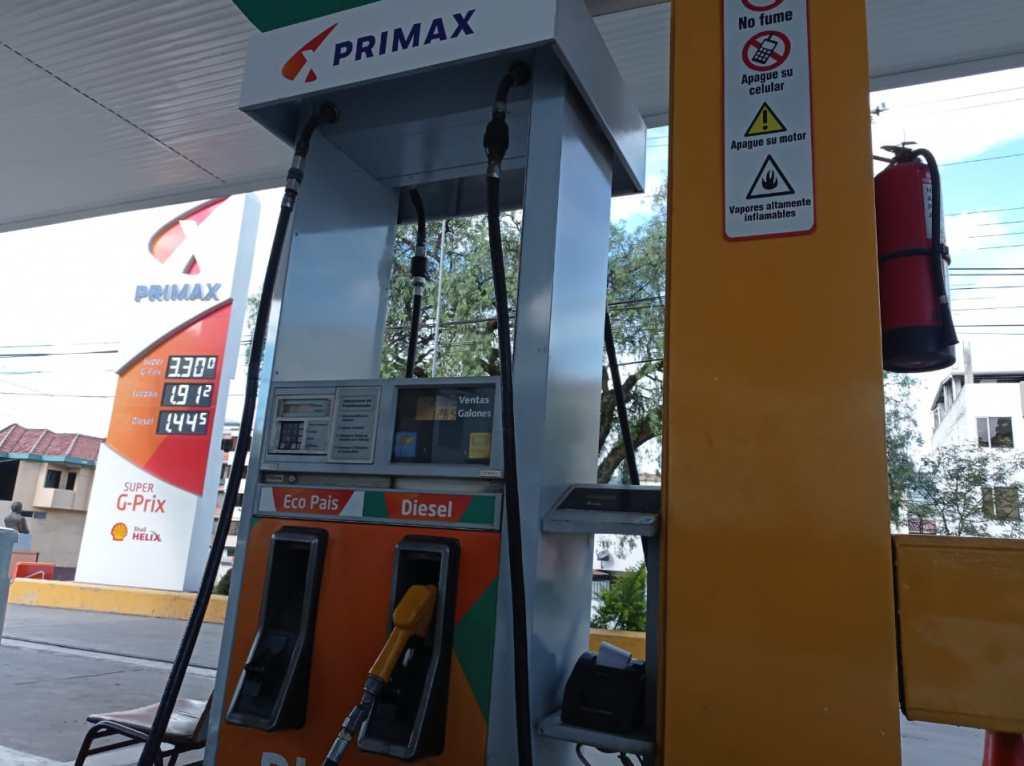 En las gasolineras de Loja y el país ya se anuncian los nuevos precios de venta al público.