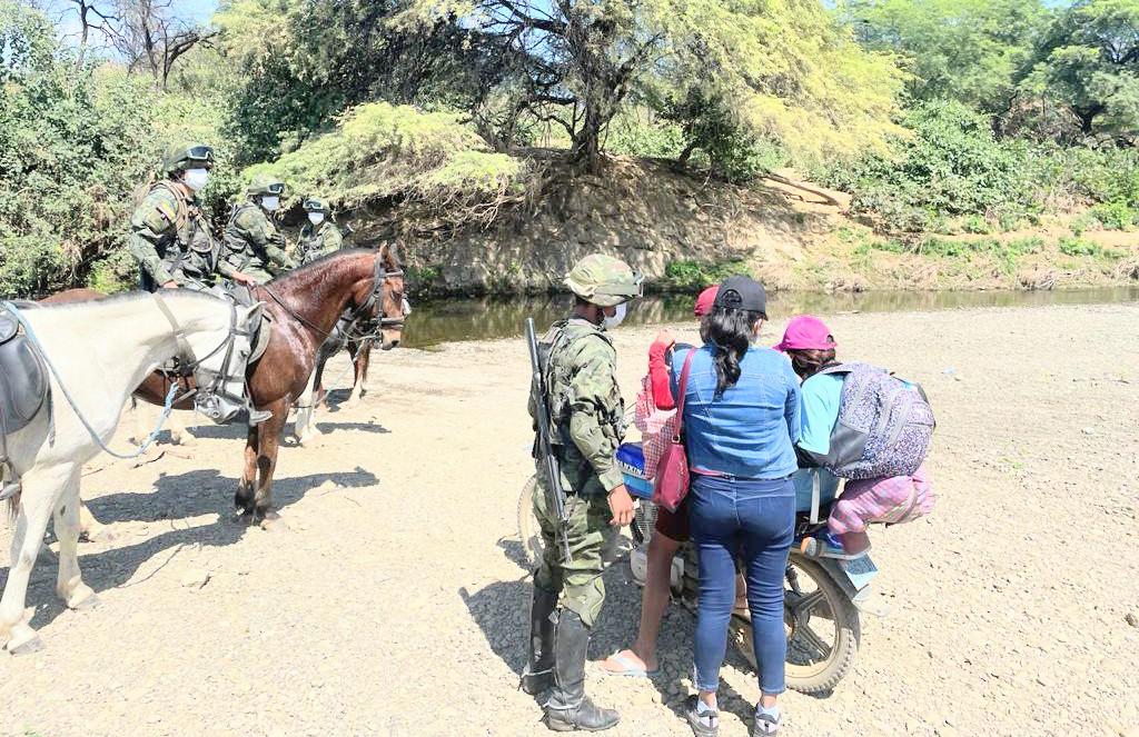 Los soldados realizan controles a pie y a caballo.