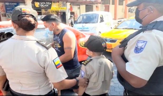 El niño vistió con gallardía el uniforme de la entidad.