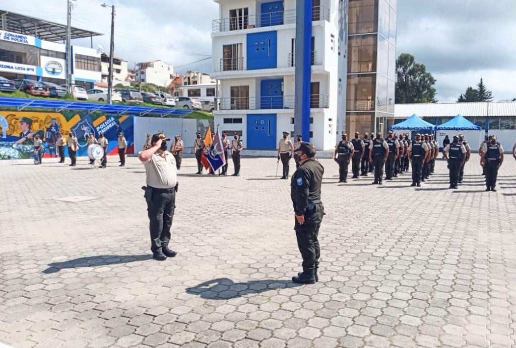 Luis García Cano (izq.) recibe la Ucofs de Fabián León Quezada.