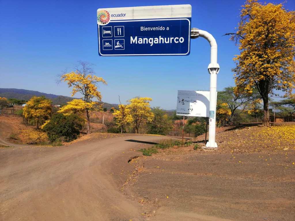 Mangahurco se encuentra en la línea de frontera con el Perú.