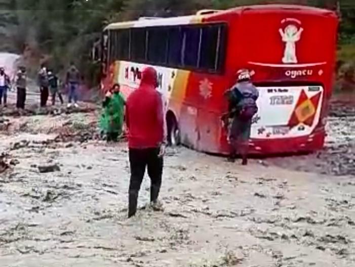 Un vehículo de servicio interparroquial quedó atrapado en el sector Chirimoyo.