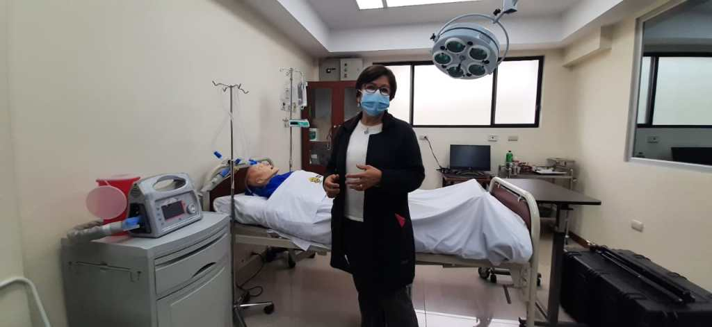 Patricia Bonilla Sierra, decana de la Facultad de Salud de la UTPL, explicó sobre el laboratorio donde estudiantes de enfermería y medicina realizan sus prácticas.