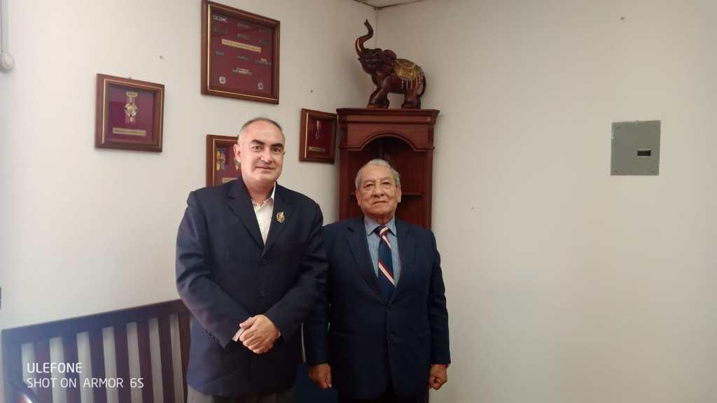 Geovanni Guzmán Cárdenas y Máximo Armijos se muestran satisfechos con la resolución del juez.