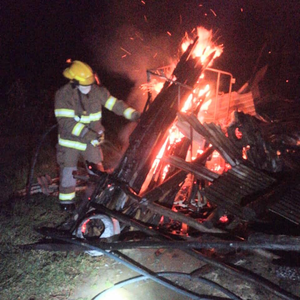 La estructura de madera y zinc sucumbió ante las llamas.