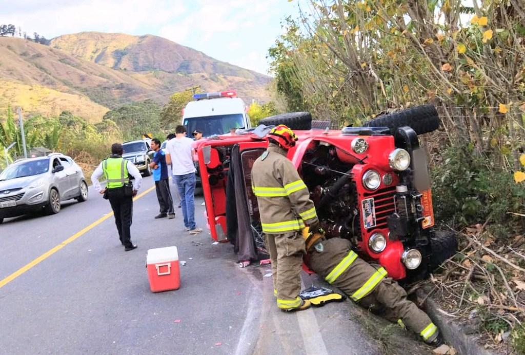 Los casacas rojas del Cuerpo de Bomberos asistieron para rescatar a los ocupantes del vehículo.