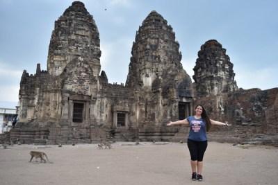 Hora de partir Musy en Lopburi templo de los monos