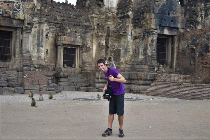 Imagen templo tailandia lopburi con monos Alex hora de partir