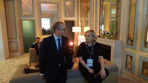 Claudio Cavaliere, Global Brand Ambassador de Audemars Piguet, charlando con Rebecca Doulton, editora de relojería de la web inglesa The Jewellery Editor