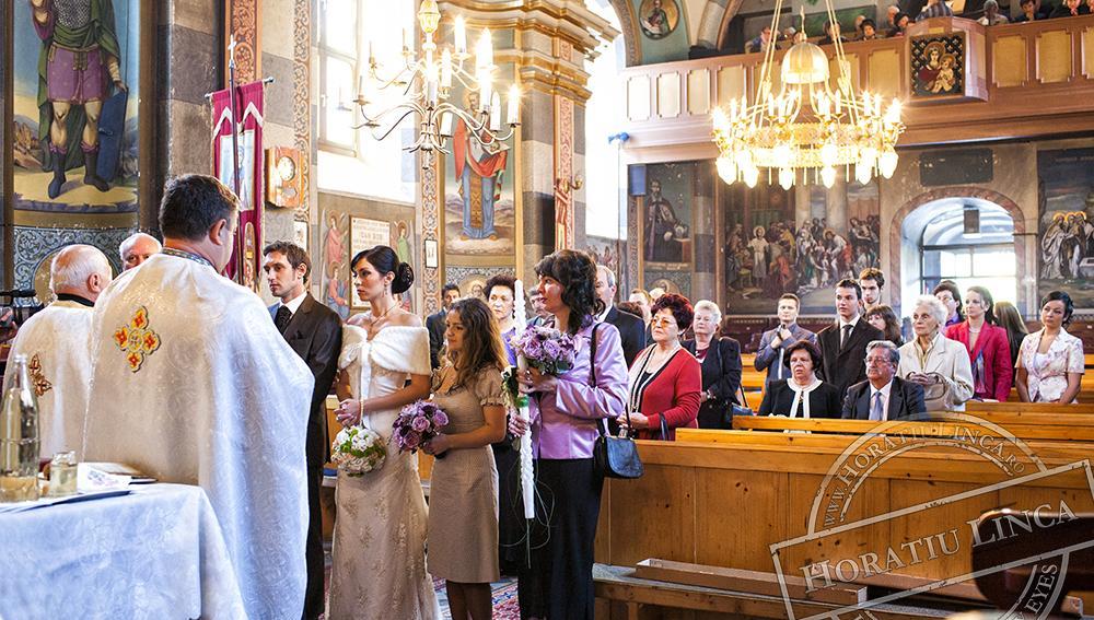 17 fotografie din biserica cu mirii, nasii si invitatii