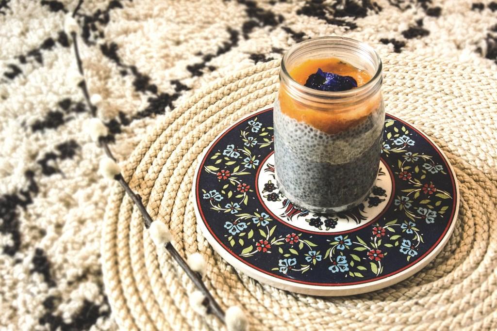 Pudding aux graines de chia, lait d'amande et coulis d'abricot du Valais