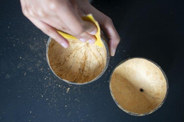 Finition des bols en noix de coco