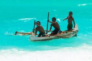 カヌーに乗るアンブーラ村の少年たち