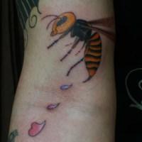 スズメ蜂のタトゥー画像