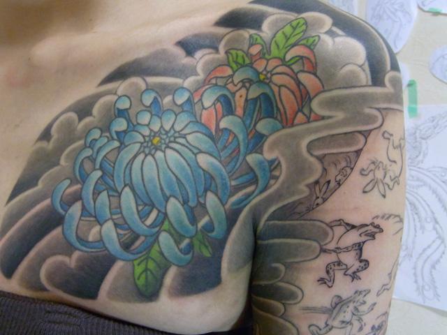菊の花のタトゥー画像