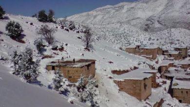 صورة بعد أعالي الجبال.. الثلوج ترخي رداءها الأبيض الساحر على وسط أزيلال