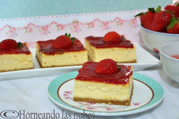 Pasteles de queso, chocolate blanco y fresas