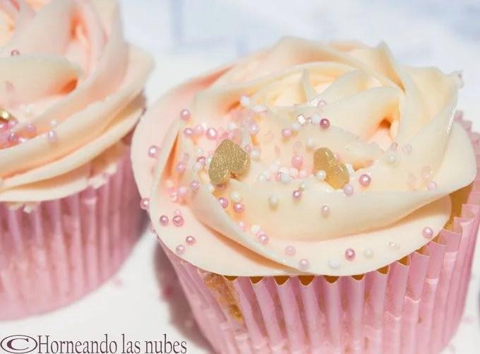 Cupcakes de vainilla con frosting de leche condensada. horneandolasnubes.com