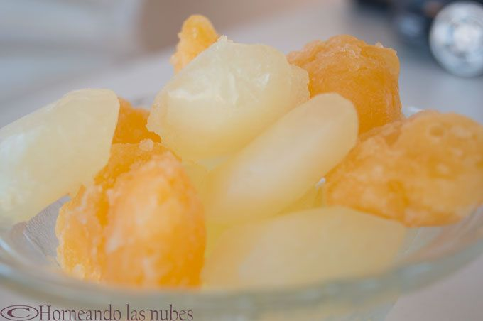 Cúbitos de hielo de naranja, lima, limón y jengibre.