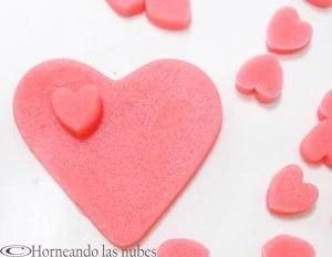 Masa de galletas rosa, con forma de corazón.