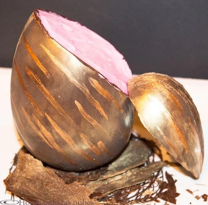 Huevo de pascua de chocolate y fresa