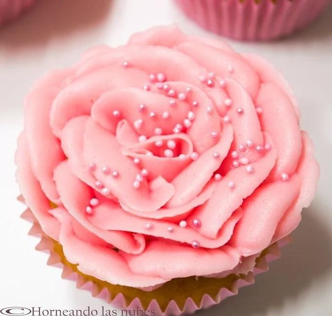Cupcake de vainilla y rosas.